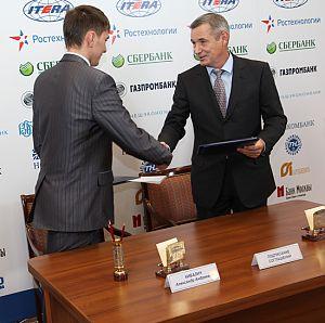 Кибалич А.А. (слева) иМакаров И.В. подписывают соглашение